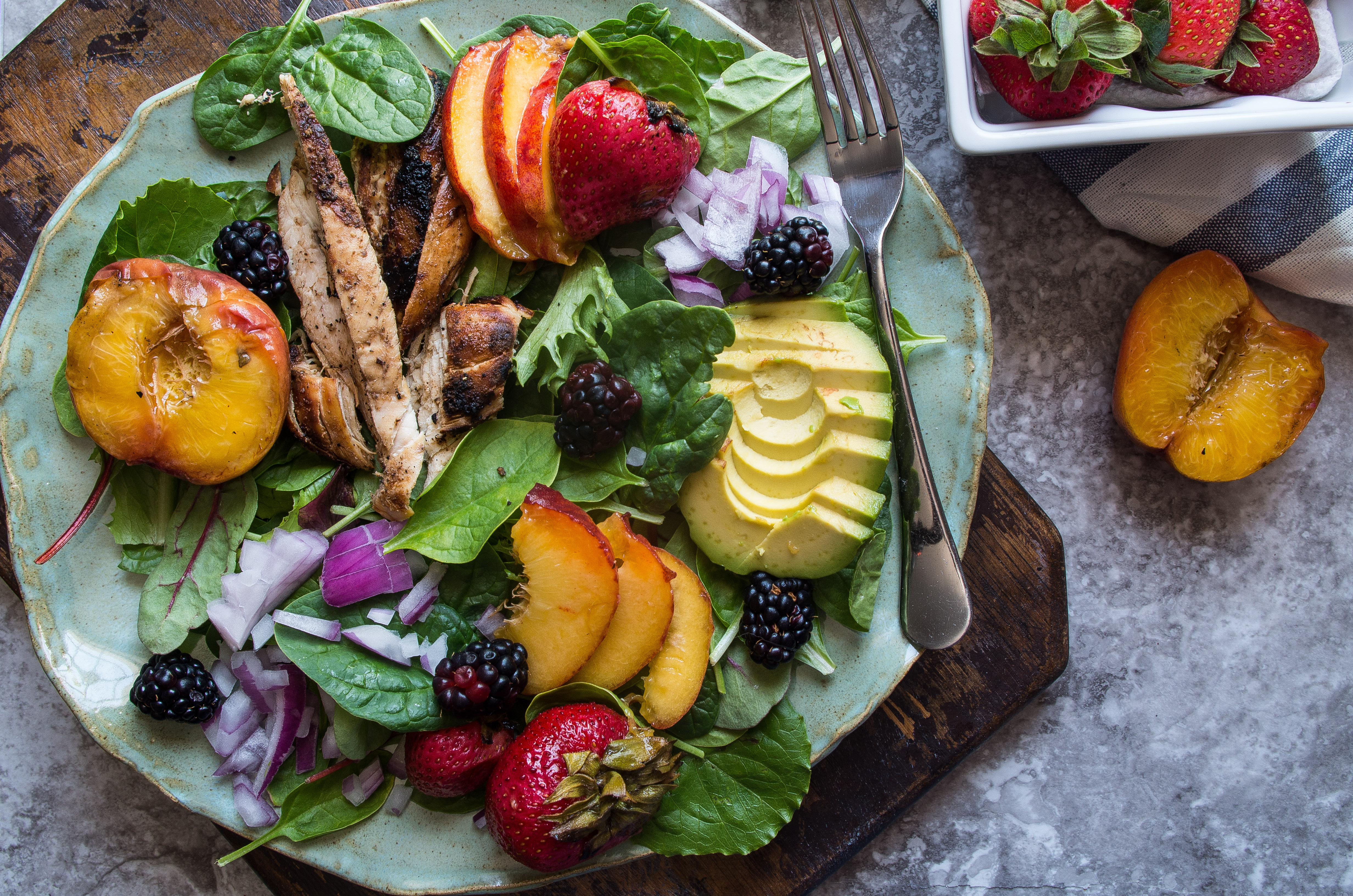 Grilled Peach and Strawberry Summer Salad- a simple Whole30 summer salad that will be on repeat all during grilling season! |thekitcheneer.com